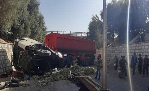 سقوط تریلر از پل ورودی شهرک صنعتی یزد حادثهساز شد|خبر فوری
