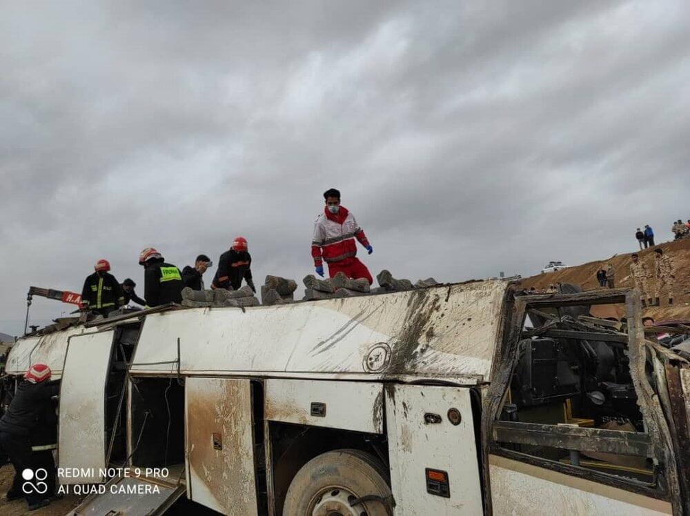 تصادف مرگبار اتوبوس با تریلی در اتوبان کاشان