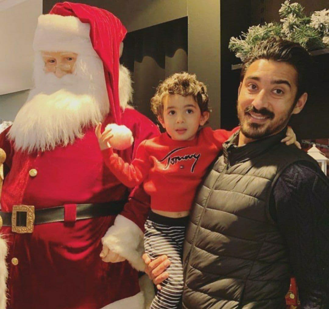رضا گوچی و پسرش در کنار بابانوئل/ عکس|خبر فوری