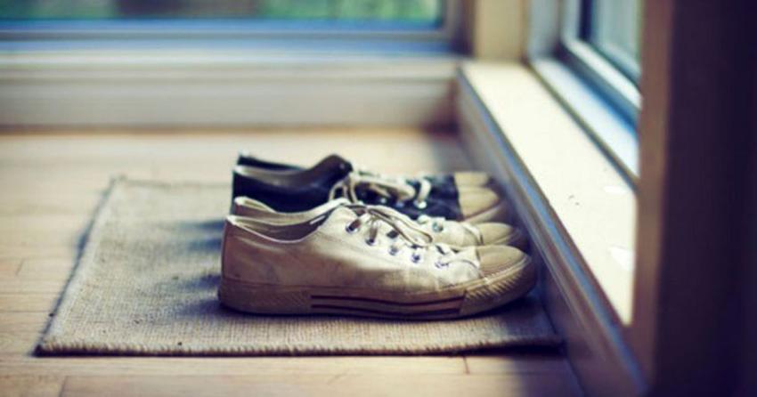 به ۴ دلیل، هرگز با کفش وارد خانه نشوید